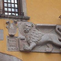 Muggia fece atto di dedizione alla Serenissima nel 1420. Ecco il Leone Marciano sulla facciata.