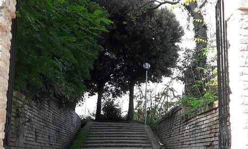 L'arco di ingresso da Via del Teatro Antico