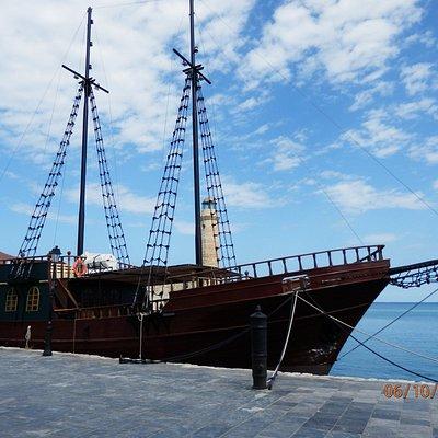 Прогулочная яхта в порту