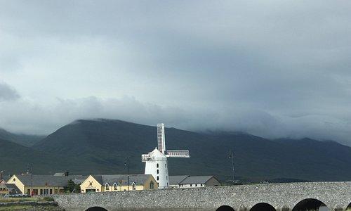 A cor branca do moinho destaca-se na paisagem