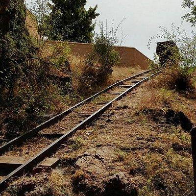 Entrada de la Mina, con la vagoneta utilizada para extraer el mineral en el periodo más reciente