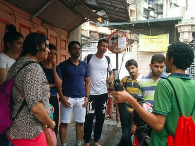Our host Lawrence explaining history of Bandra on the Food & Doodle Trail
