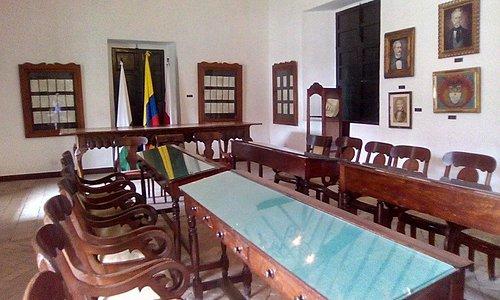 Salón de deliberación, al fondo la mesa donde se firmó la constitución de 1883.