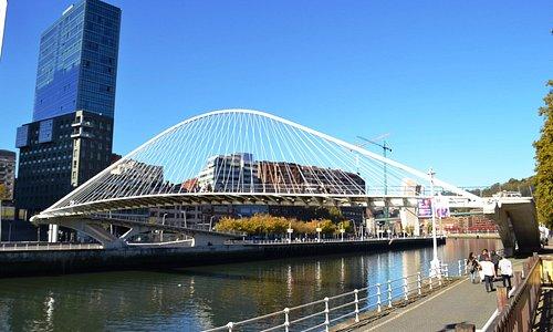 Imagem por trás da ponte.
