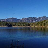 vue du lac et de la montagne