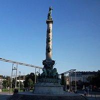 A coluna no centro da praça.