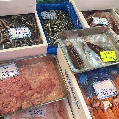 Очень колоритное место, много икры, тунца, устриц, креветок, все только что из океана. Надевайте