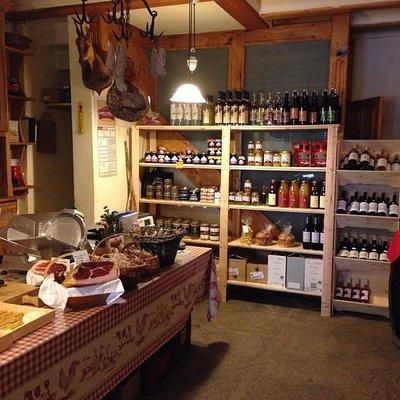Du fromage, de la charcuterie, des confitures, du miel, du vin, rien que des produits locaux.