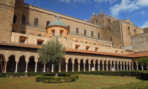 Дворик бенедектинского монастыря