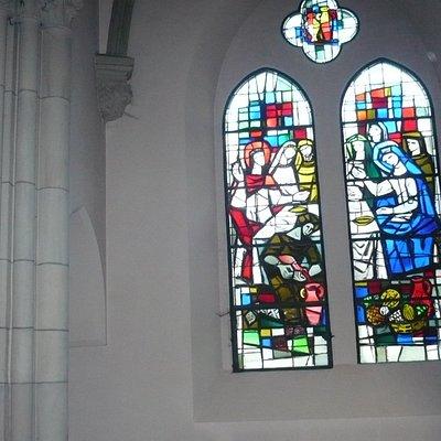 des vitraux et des colonnes
