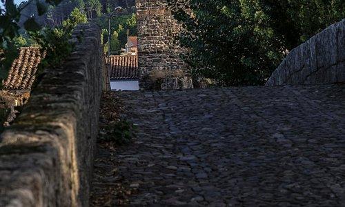 Ponte romana que dá caminho á Torre da Portagem.