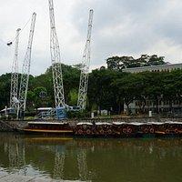 Сингапур. Взлетающую кабинку можно видеть за несколько кварталов.