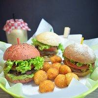 Mini- burgers sanas, variadas y de la mejor calidad! Las puedes armar a tu gusto!