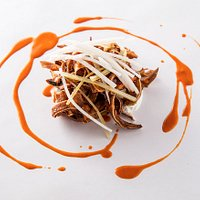 Orejitas de cerdo crujientes, marinadas en recado blanco yucateco, salsa de chiles rojos, tzatzi