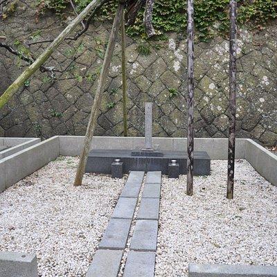 島崎藤村の墓/向かって左隣に夫人の島崎静子の墓もある