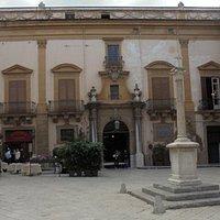 Il palazzo e piazza dei vespri