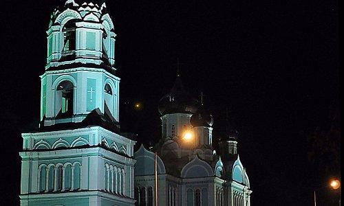 Ночная подсветка не даёт всего представления красоты храма, увы...