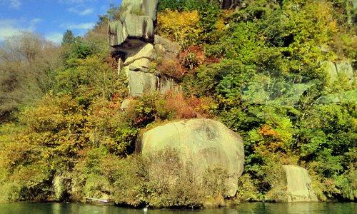 恵那峡の奇岩と水面には色々の鴨が