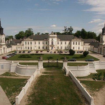 Widok z główną bramą wjazdową na dziedziniec pałacowy