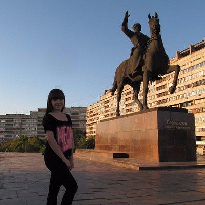 возле памятника Ворошилову