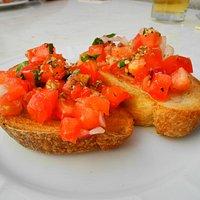 Knoblauchbrot mit Tomaten als Vorspeise