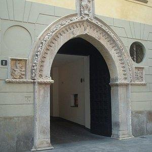 Il bellissimo portale gotico del '400