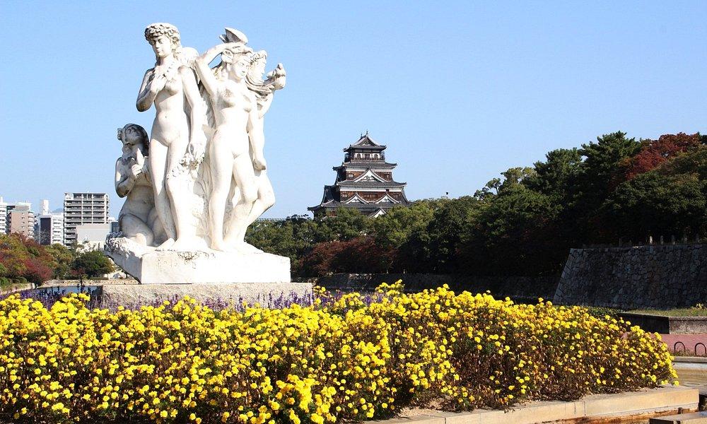「花の精」の噴水と広島城