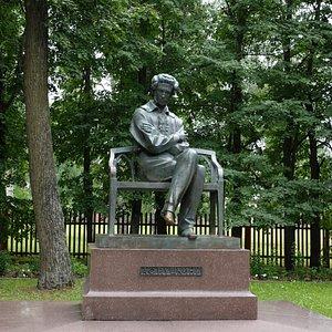 памятник на территории усадьбы