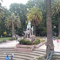 al medio de plaza el monumento a la colonizacion,un colono, un soldado , un españiol, una machi