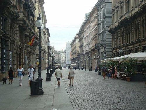 Prospettiva su Via Dante (direzione Duomo)