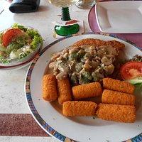 schnitzel met aardappel croketten
