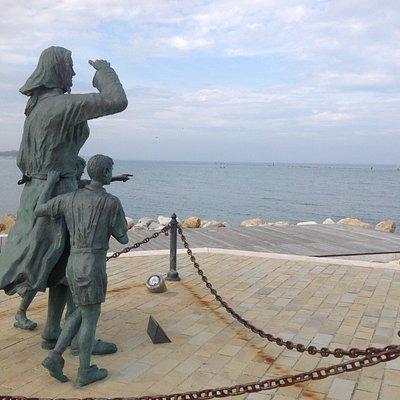 Памятник жёнам моряков на молу Чезенатико