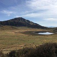 草千里の西 展望台付近からの草千里越しの烏帽子岳