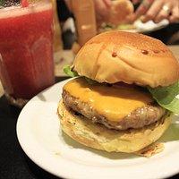 Cheese Burguer e suco de morango
