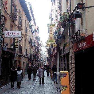 Calle San Juan, la animación sube por la noche.
