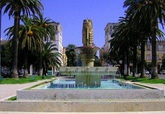 La base rettangolare della fontana con i fasci di grano