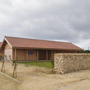 正式名称は「与那国島歴史文化交流資料館」。愛称は「DiDi与那国交流館」。