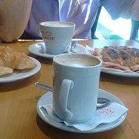 Cafe con leche, medialunas rellenas