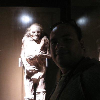 Foto en la sala 1 del museo de momias, junto a una de ellas
