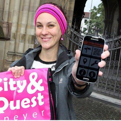 Die für das neue Stadträtsel-Spiel erforderliche Tasche und App (Foto: Lenz)