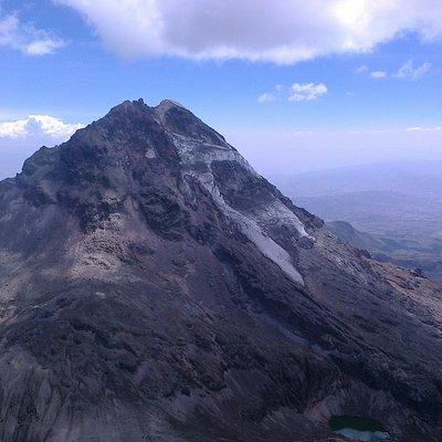 Illiniza Sur, visto desde la cumbre del Illiniza norte, casi impracticable, solo expertos
