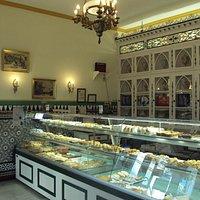 Vista del interior con paredes con azulejos.