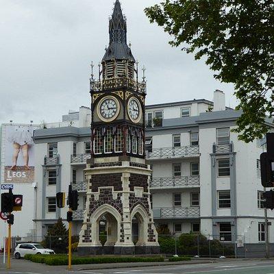 """Das Gebäude hinter dem Glockenturm, """"Victoria Mansions"""" ist seit dem Beben unbewohnbar"""