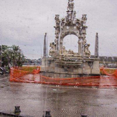 La fontana in restauro.
