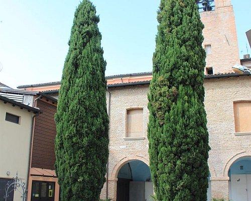L'ingresso del Cinema Tiberio è all'interno del Chiostro della Chiesa di San Giuliano Martire