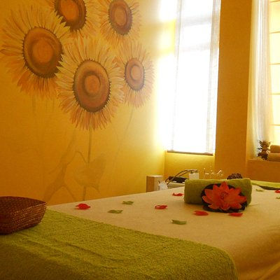 Sala amarilla de girasoles para vitalizar. Yellow room with sunflowers to vitalise.