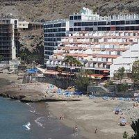 Patalavaca-stranden med Don Paco bak. I første etasje finner du flere gode restauranter!