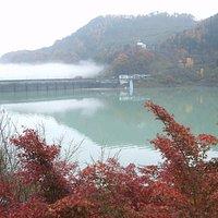 ダムの下流は霧の中、湖畔の木々は紅葉、水の色はエメラルドグリーンと、素敵な風景を見られました
