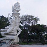 Quảng trường có tượng đài anh hùng Lê Văn Tám trong công viên.