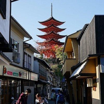 通りから見える五重塔